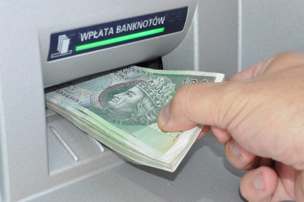 """Wkładanie gotówki do """"kieszeni"""" wpłatomatu"""